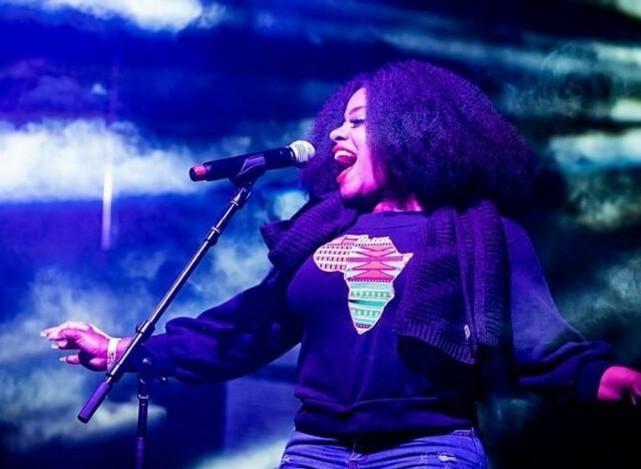 Etana on stage